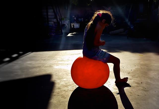 ילדה על בלון אדום